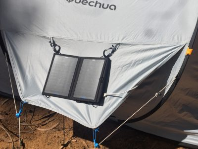 Das 15W Solarladegerät von Anker an der Seite unserer Unterkunft