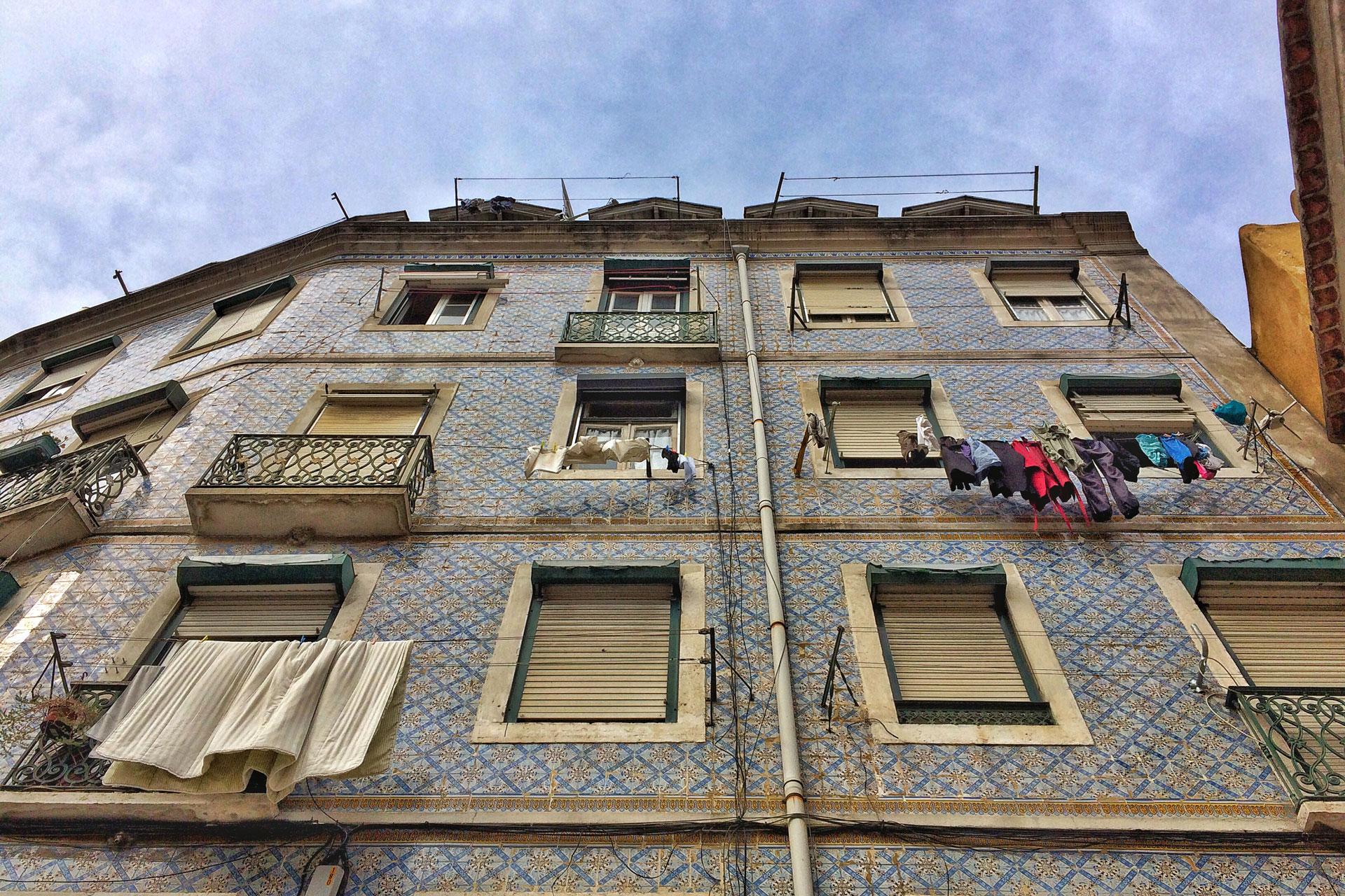 Eine Hausfassade in Lissabon Portugal