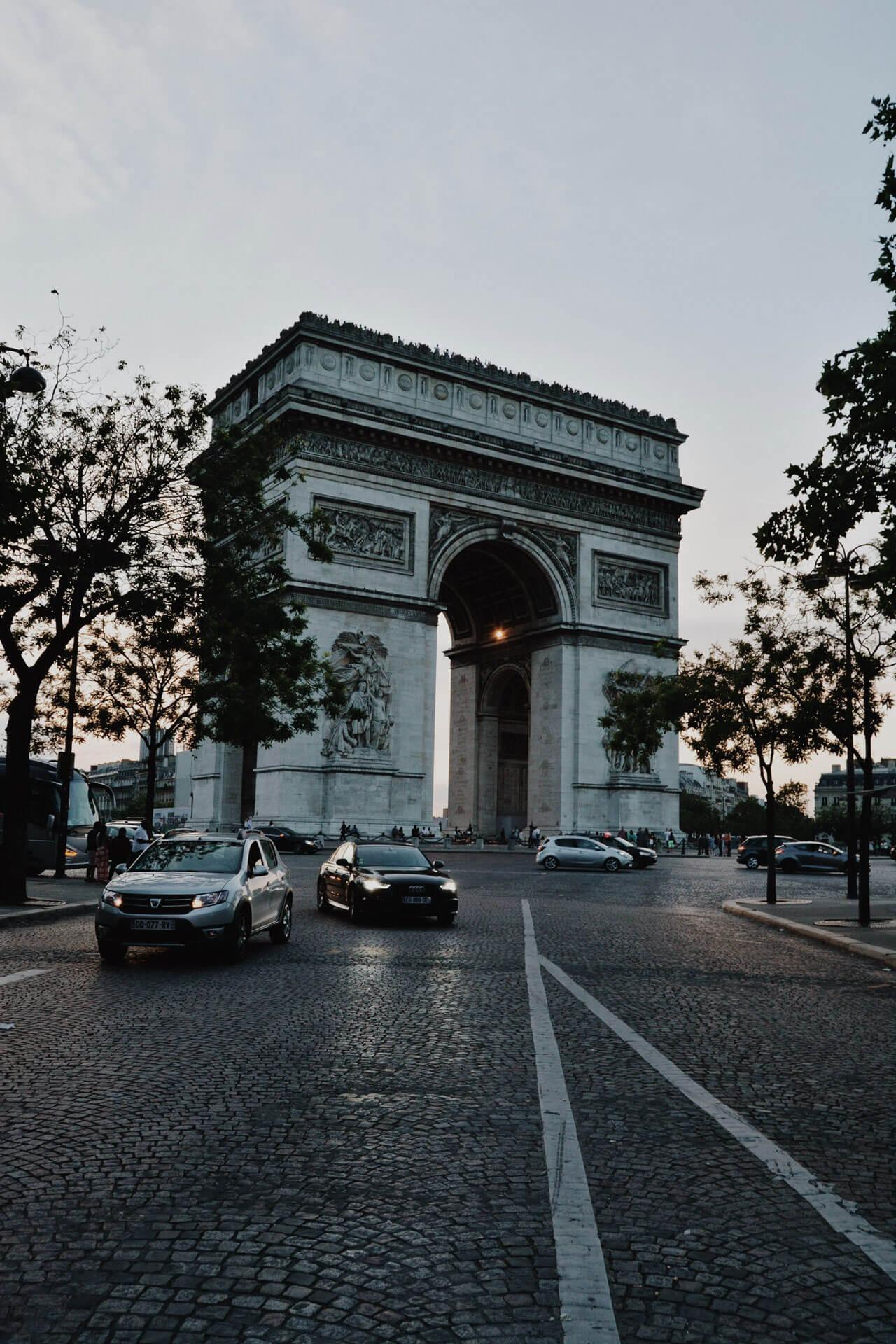 Der TRiumphbogen in Paris bei Sonnenuntergang