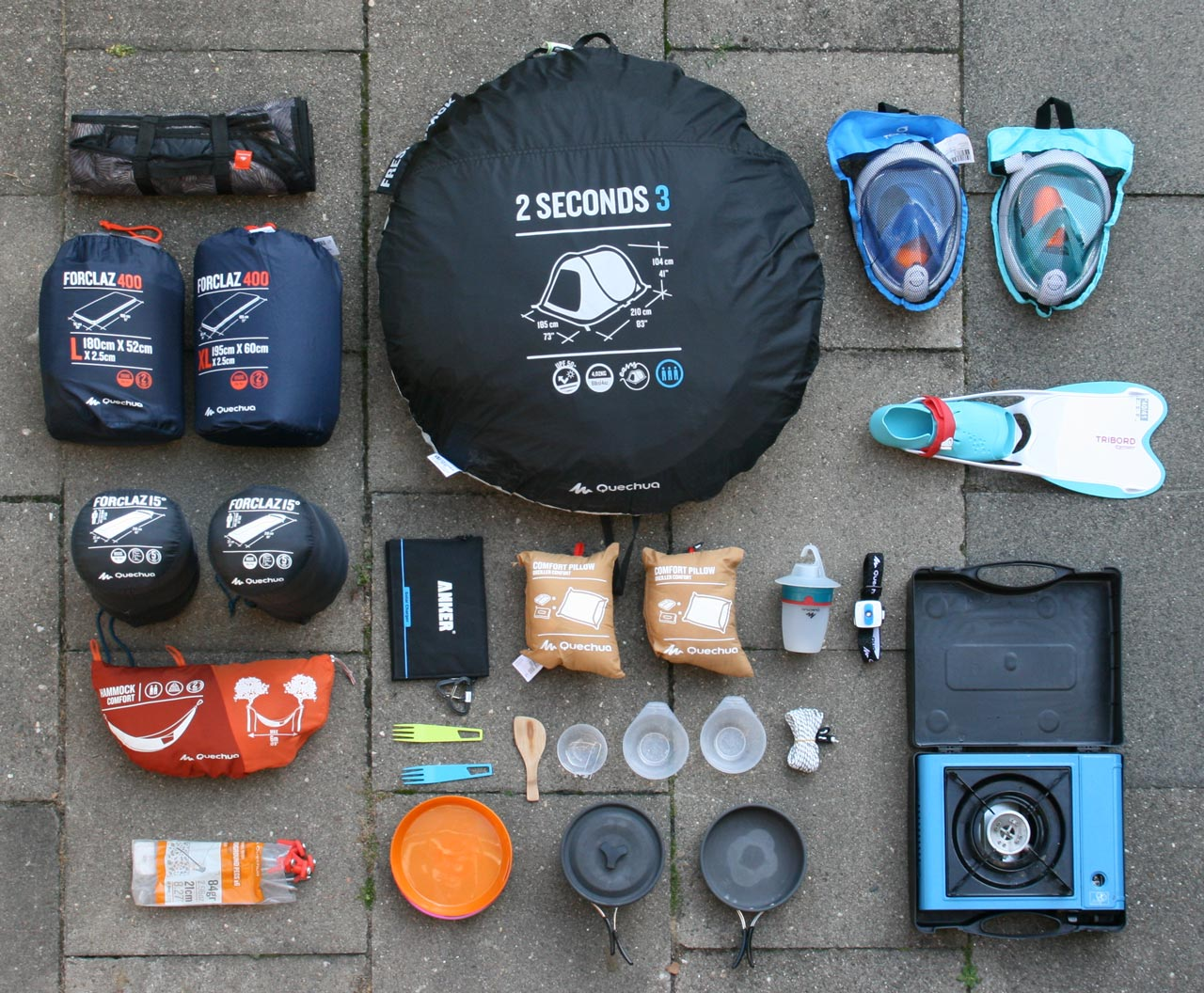 Campingequipment mit Zelt, Schlafsäcken und Co.