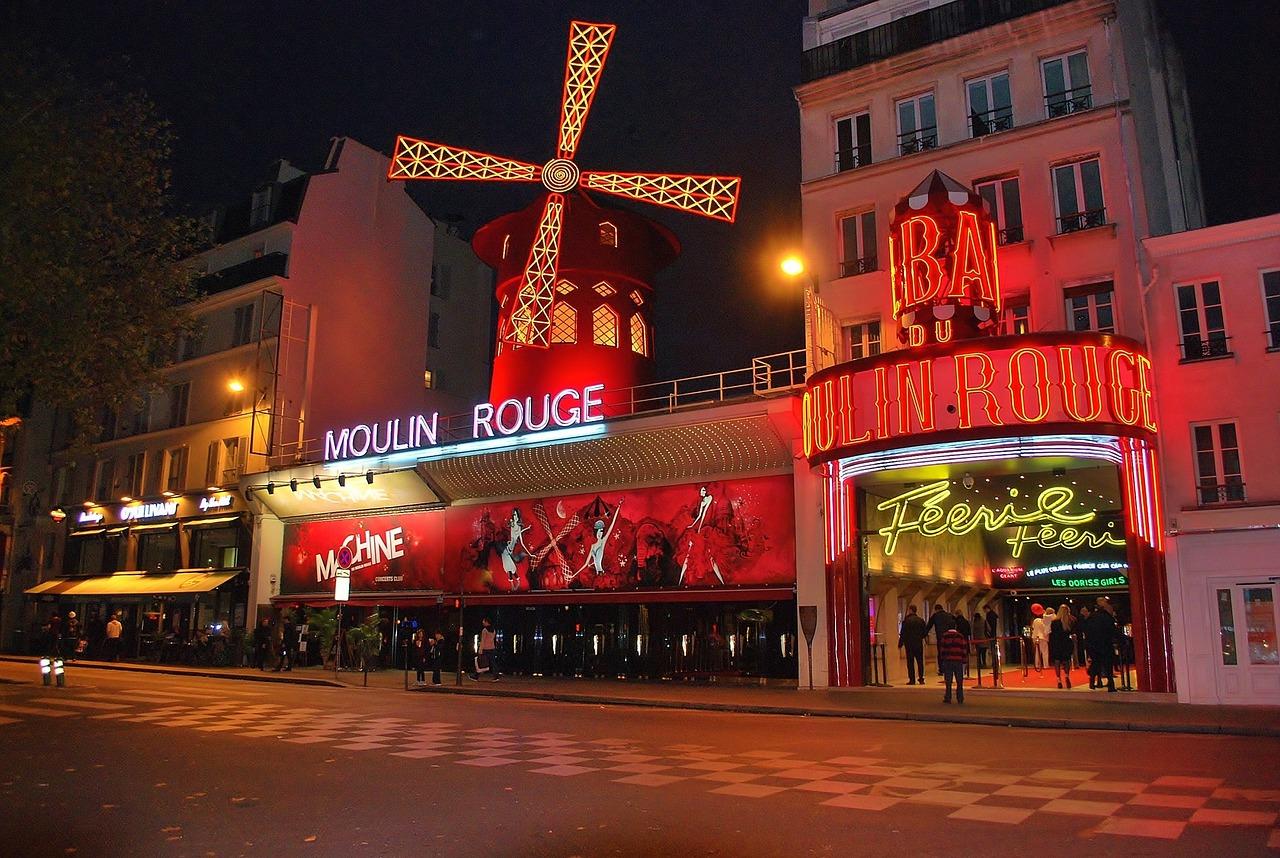 Das Moulin Rouge bei Nacht im Viertel Montmartre
