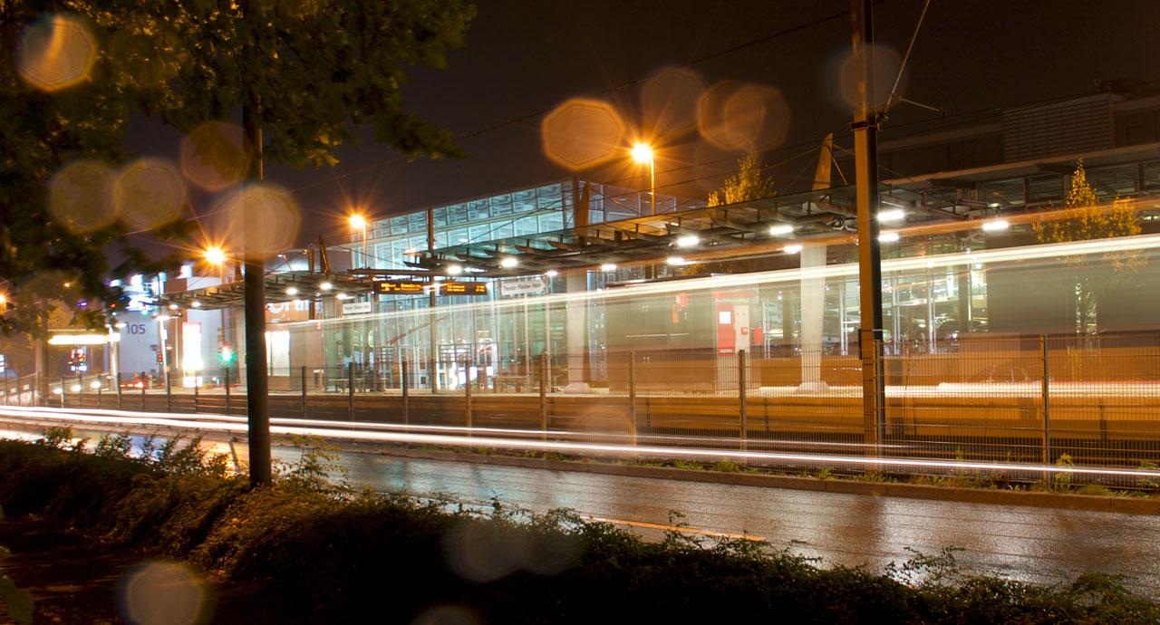 Mit der Ubahn durch die Nacht! Und wenns doch mal später wird, einfach einen der Nachtbus-Shuttle nehmen.