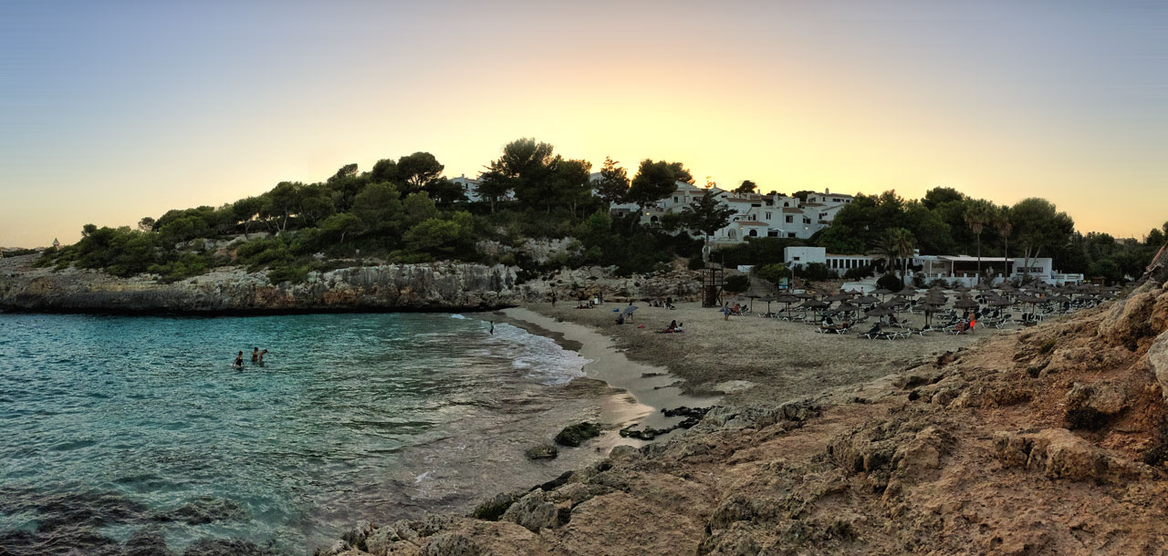 Die wunderschöne Cala Aguila bei Sonnenuntergang.