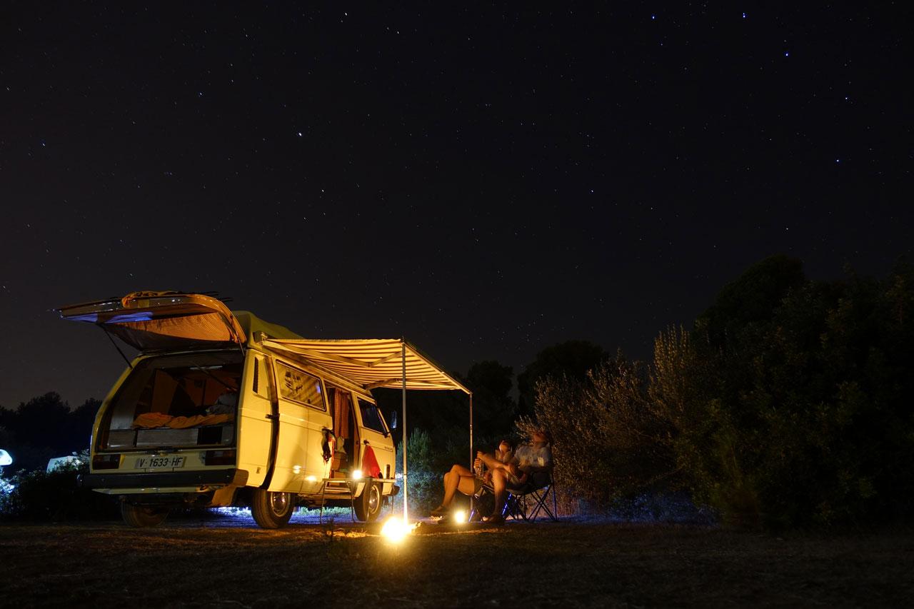 Unser drittes Nachtlager auf dem Strandparkplatz Cala Agulla. Hier läßt es sich auch wunderbar Sterne zählen.