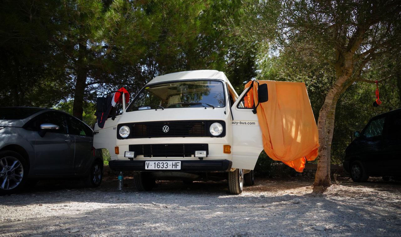 Unser VW T3 Bus auf einem Parklatz bei Cala Sa Nau.