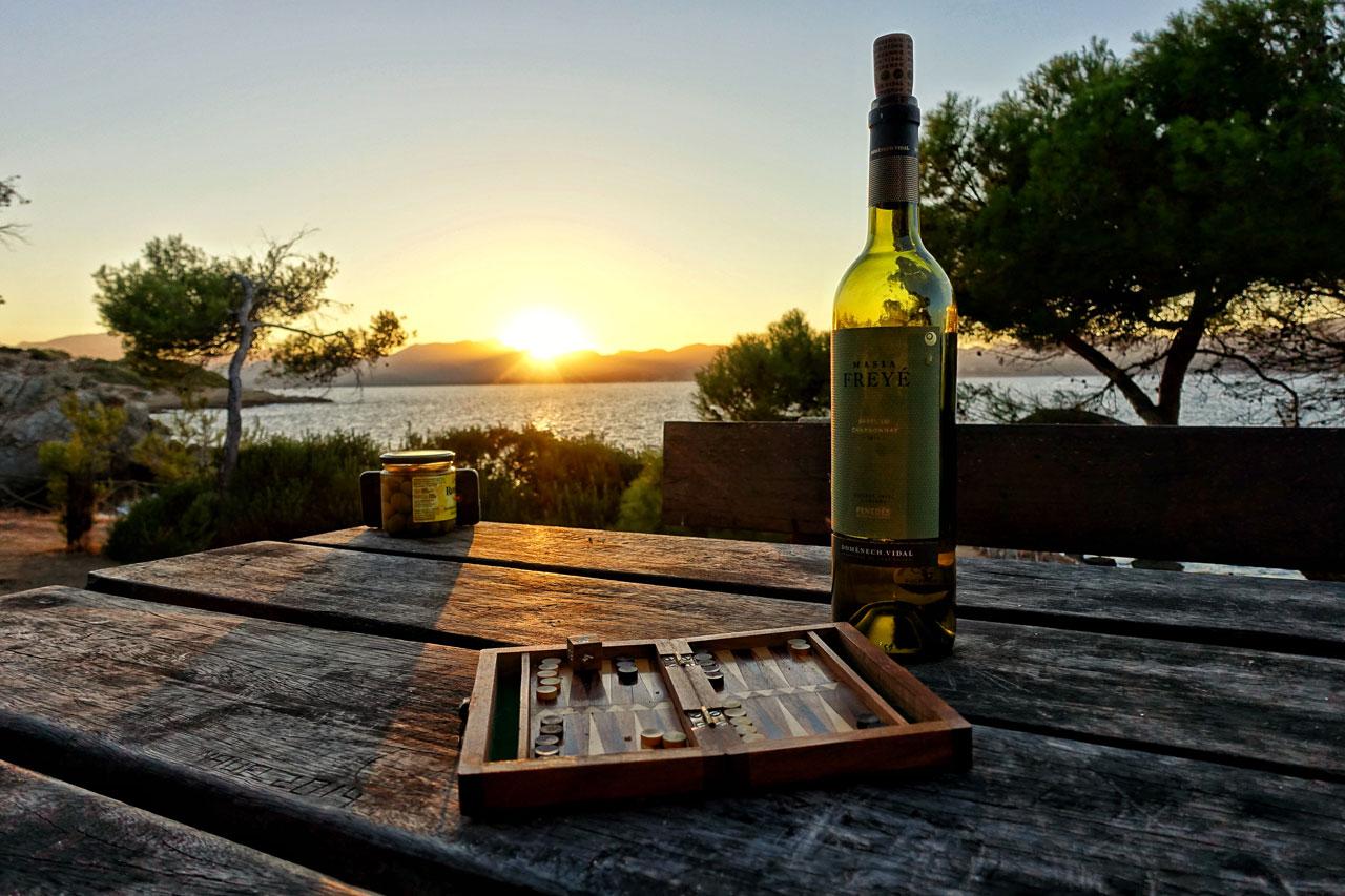 Sonnenuntergang mit Wein und Tapas auf Mallorca