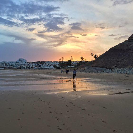 Der Strand von Luz an der Algarve Portugal