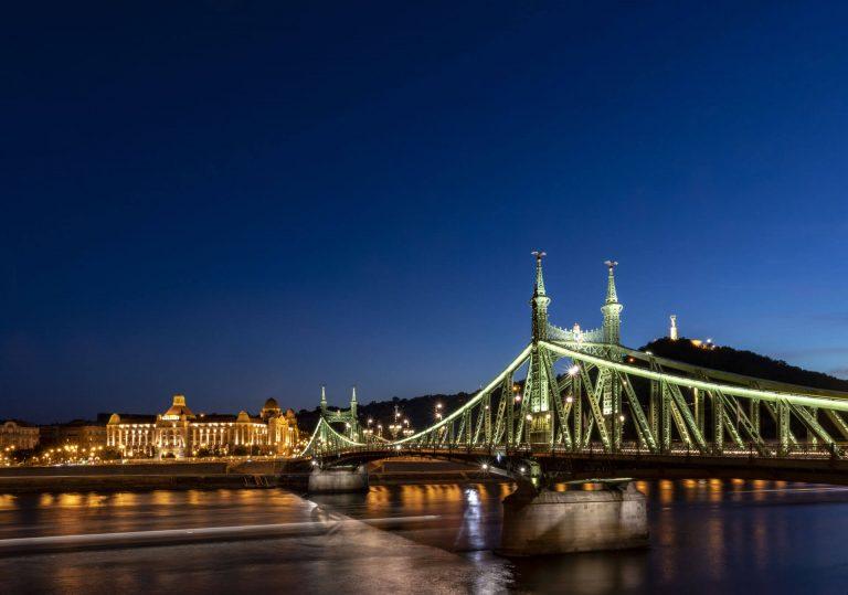 Die Freiheitsbrücke in Budapest bei Nacht