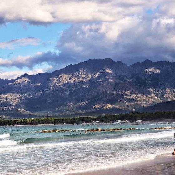 Strand und Berge in Calvi