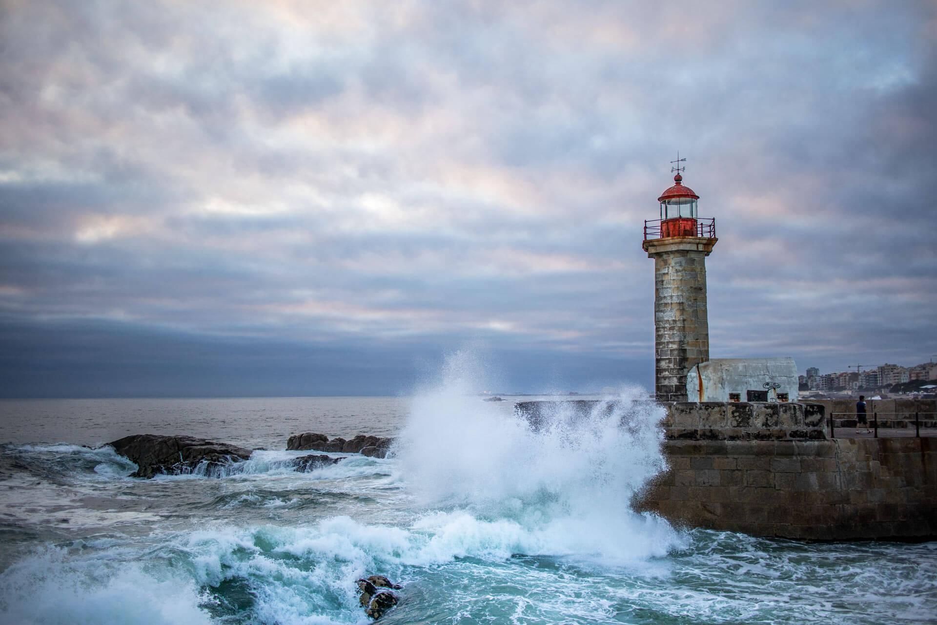 Leuchtturm in Porto bei starken Wellengang