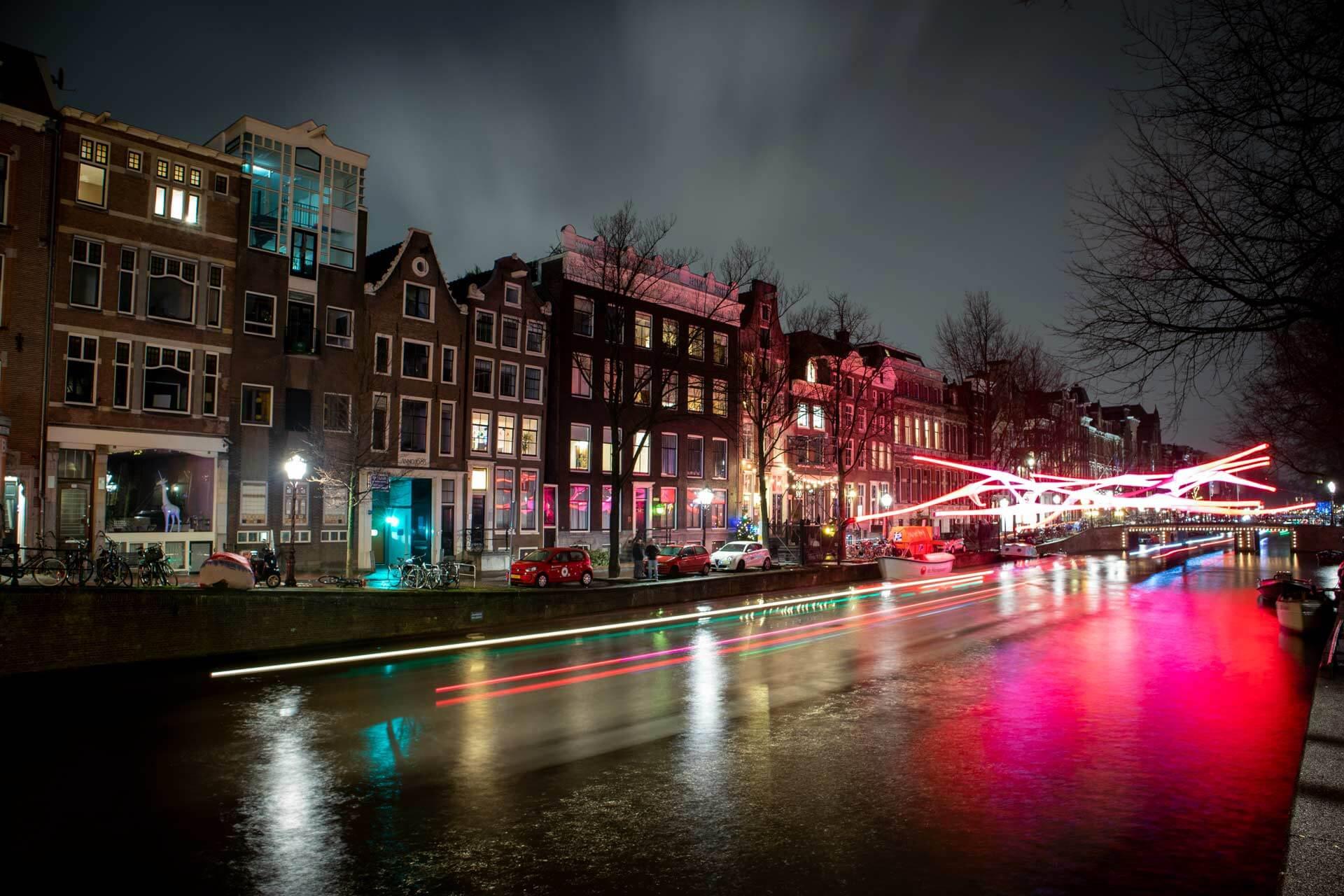 Amsterdam Gracht bei Nacht Langzeitbelichtung